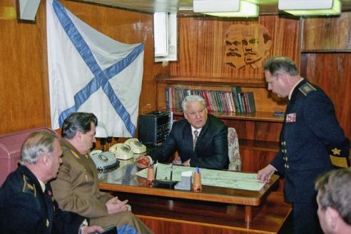 """Президент РФ Б. Ельцин на борту крейсера """"Москва"""". 1992 г."""