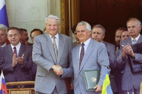 Президент РФ Б. Ельцин и президент Украины Л. Кравчук после церемонии подписания соглашения по Черноморскому флоту. 3 августа 1992 г.