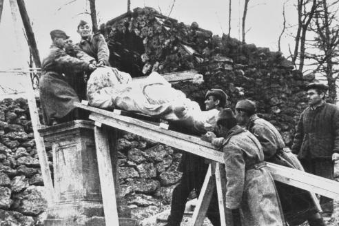 Советские солдаты поднимают скульптуру, извлечённую из захоронения. Шахматная гора. Петергоф. 1944 г.