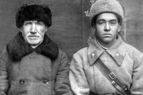 С отцом перед отправкой на фронт. 1941 г.