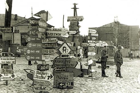 Немецкие указатели на площади Смирнова. 1941 г.