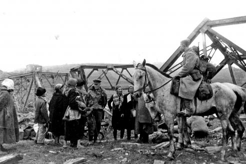Советские разведчики беседуют с жителями Смоленска. Сентябрь 1943 г.