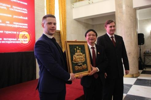 Презент главе китайской делегации от Ассоциации содействия русско-китайскому туризму