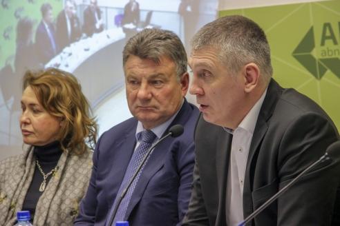 Юрий Цуркан, председатель  совета Ассоциации содействия русско-китайскому туризму (справа)