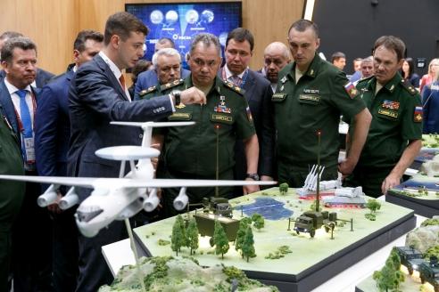 Осмотр выставки министром обороны  РФ генералом армии С. К. Шойгу