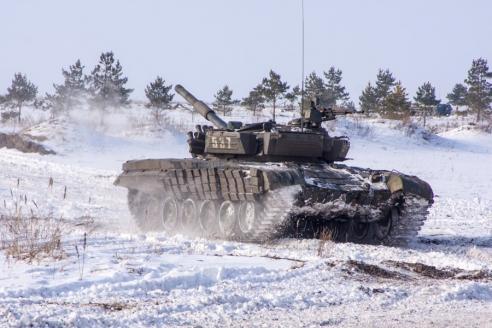 Экипаж танка Т‑72Б1 проводит манёвр на полигоне «Погоново»