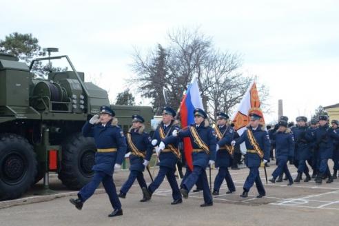 Парадный расчёт вносит на торжественное построение флаг РФ