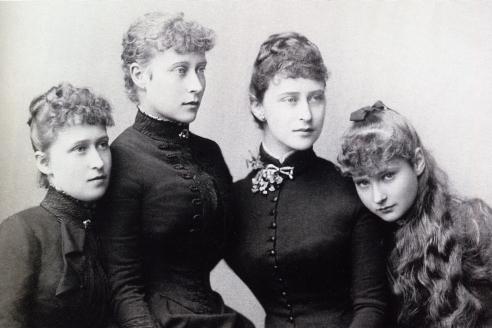 Принцессы Гессен-Дармштадтские: Ирена, Виктория, Елизавета и Алиса — будущая Императрица Дармштадт. 1884 г.