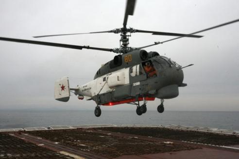 Вертолёт Ка‑27 ПС садится на корабль