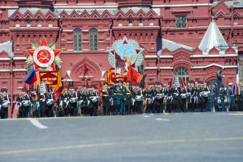 Учащиеся Московского военно-музыкального училища по традиции открывают парад на Красной площади в Москве. 2015 г.