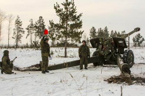Расчёт 152‑мм гаубицы «Мста‑Б» общевойсковой армии ЗВО готов к выстрелу