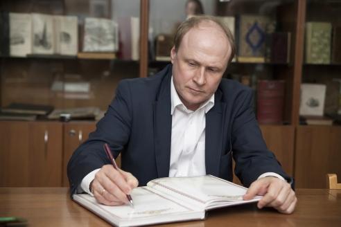В. Толстой в рабочем кабинете