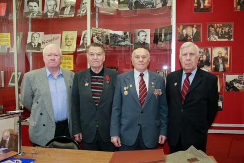 Алексей Николаевич с ветеранами-разведчиками, которые для него являются молодым поколением