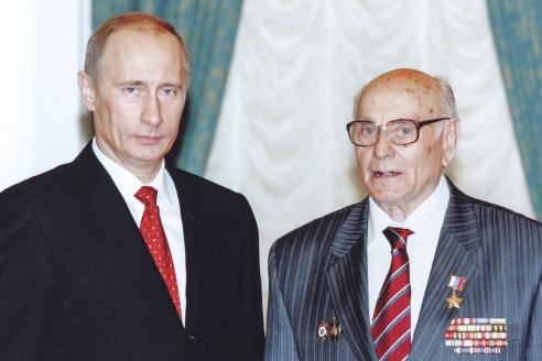 Звезду Героя Алексей Николаевич получил почти через 65 лет после совершённого подвига - к своему 90-летию