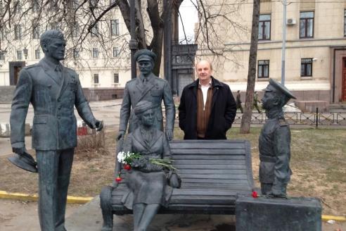 У памятника героям фильма «Офицеры» на Фрунзенской набережной