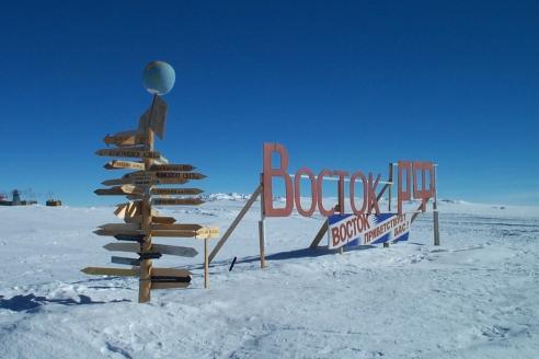 Знак-указатель на антарктической станции «Восток»