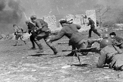 Бойцы морской пехоты идут в атаку. Севастополь. 1943 г.