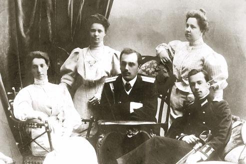 Сёстры Ольга и Елена с братом Сергеем Сикорским