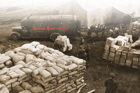 Бойцы Красной армии разгружают прибывший на фронт эшелон с продовольствием. 1943 г.