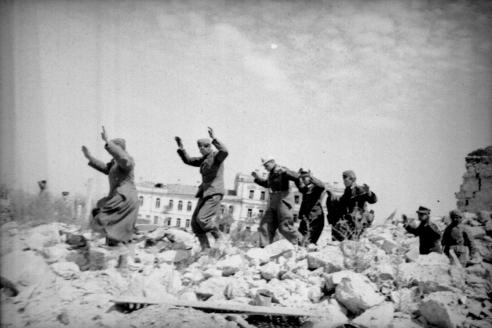Немцы сдаются в плен на улицах Севастополя. 1944 г.