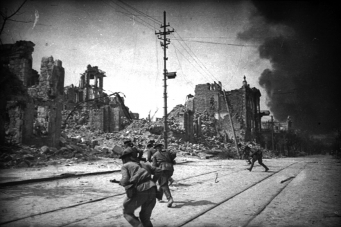 Бойцы морской пехоты (Куниковцы) выбивают немцев на улице Фрунзе. 10 мая 1944 г.