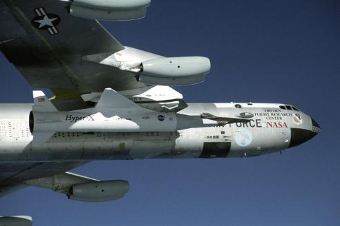 Гиперзвуковой летательный аппарат Х-43 под крылом Boeing B-52
