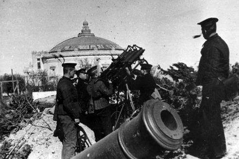 Зенитно-пулемётный расчёт В.П. Штомпеля ведёт огонь по самолёту противника. Севастополь. 1941 г.