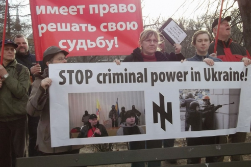 Пикет в Риге у здания посольства Франции в поддержку прав народа Крыма на самоопределение. 2014 г.