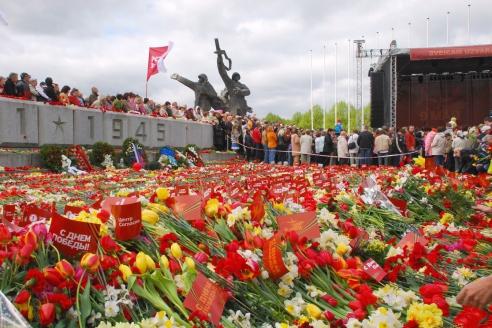 Празднование Дня Победы, у памяьника Освободителям в Парке Победы в Риге