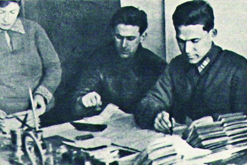 Выдача паспортов сотрудниками НКВД. 1935 г.