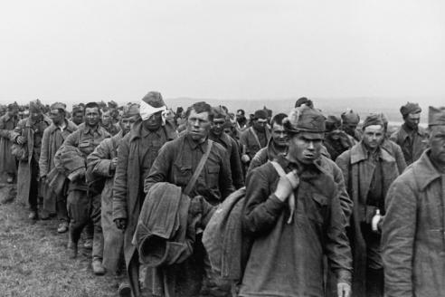 Колонна пленных красноармейцев