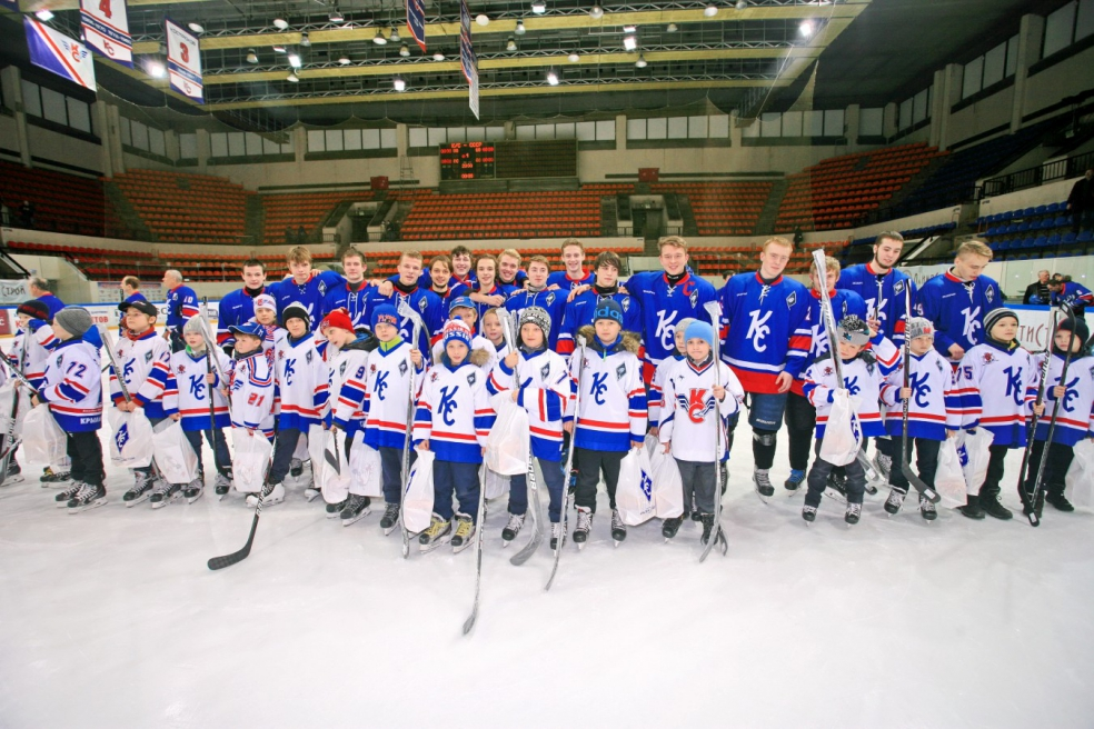 Традиции живы: выпускники СДЮШОР «принимают в хоккеисты» юных воспитанников