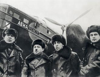 Участники экспедиции на Северный полюс Пётр Ширшов, Иван Папанин, Эрнст Кренкель, Евгений Фёдоров на Центральном аэродроме в Москве перед вылетом. 1937 г.