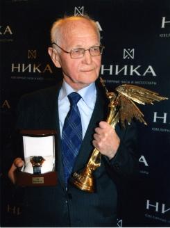 М. Рафиков с премией «Ника» «За выдающий вклад в историю российской космонавтики». 2011 г.
