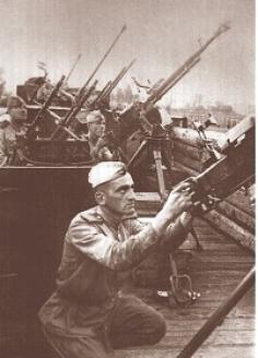 Солдаты зенитного полка на железнодорожной платформе бронепоезда