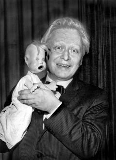 Народный артист СССР, главный режиссёр Государственного центрального театра кукол С. Образцов и Тяпа. 1955 г.