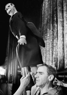 Народный артист СССР З. Гердт в спектакле «Необыкновенный концерт» Центрального театра кукол под руководством С. Образцова. 1968 г.