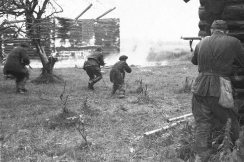 Группа бойцов отдельной мотострелковой бригады особого назначения (ОМСБОН) готовится к боевым действиям. 1945 г.